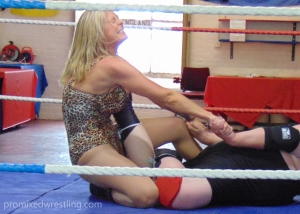 Lisa pulls for the submission
